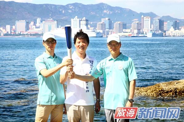 (记者 王玲)第17届亚运会将于9月19日在韩国仁川开幕。我市成为第17届亚运会友好城市,也是本届亚运会韩国境外火炬传递城市之一。昨日,第17届亚运会组委会官员来我市对接火炬传递事宜,展示了本届亚运会的吉祥物、火炬、火炬手服装等物品,透露亚运会火炬将于本月12日在威传递,届时45名火炬手将完成传递任务。 吉祥物以海豹为原型 火炬取意仙鹤 昨天上午9时许,3名第17届亚运会组委会担当官来到东山宾馆。在这里,他们第一次向威海人民展示了吉祥物、火炬、火炬手服装等物品。 记者看到,一名身穿白色火炬手服装的第17届
