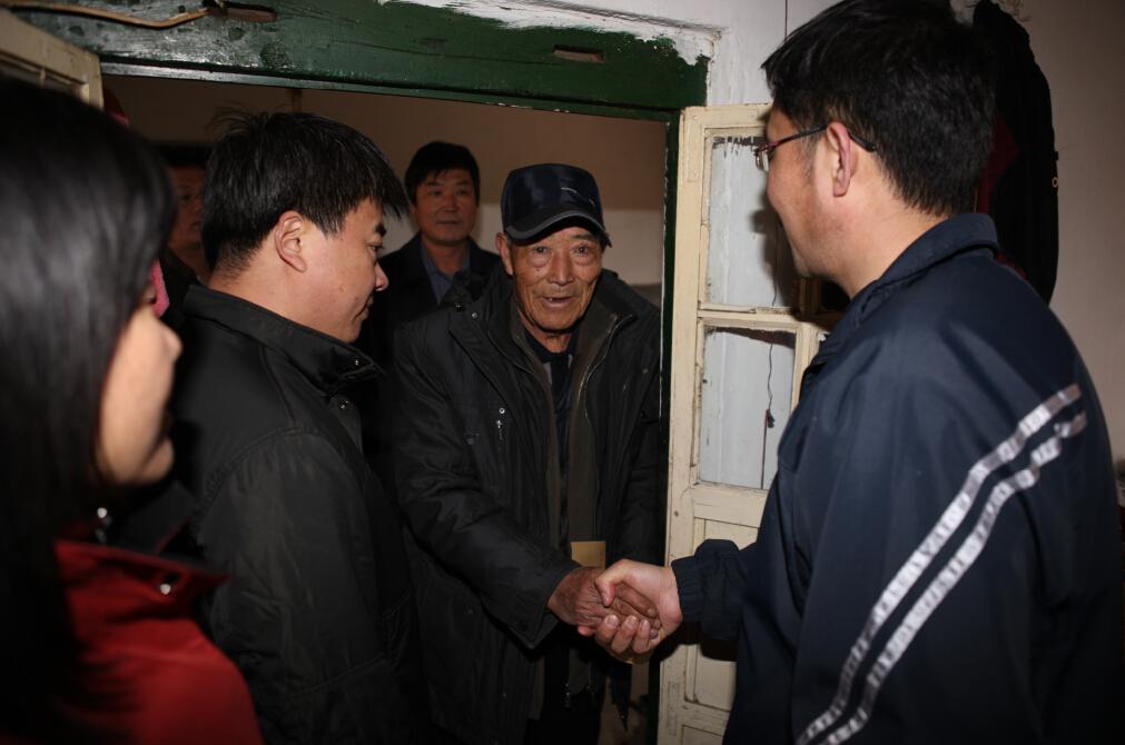 清明节市建委机关干部职工走访慰问困难群众