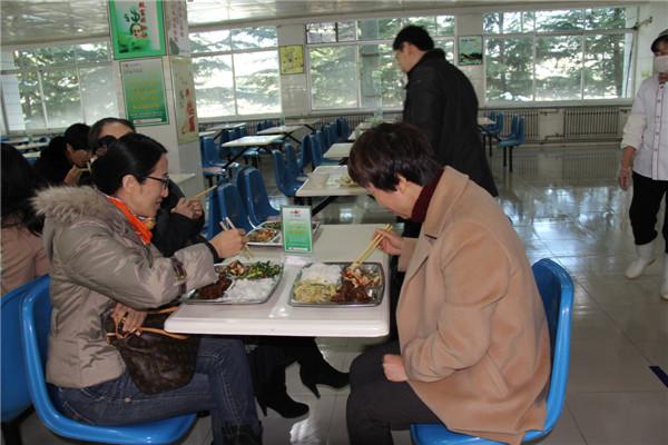 家长试吃学生饭菜
