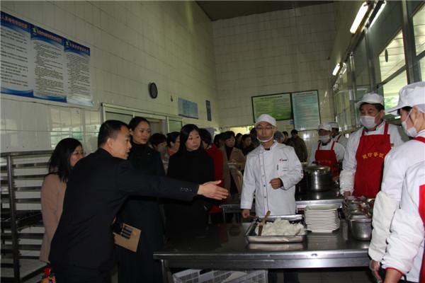 威海一中组织食堂开放日活动