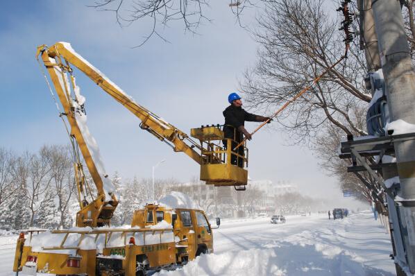 顶风冒雪抢修用电设备