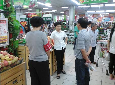 工作人员指导超市创城