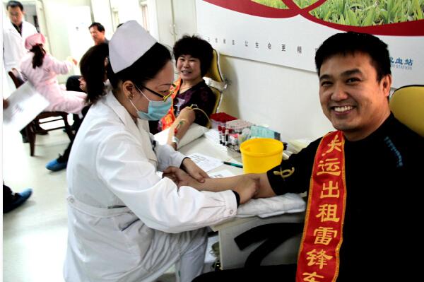 学雷锋活动的哥的姐义务献血