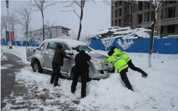 雪天积极救助过往车辆