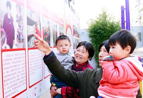 古北社区居民在观看文明宣传展板