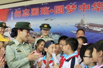 5月27日,刘公岛边防派出所的女警官在甲午海战博物馆为古寨小学的