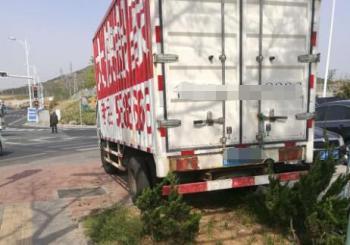 望海园永昌里附近一搬家公司车辆长期占用人行道
