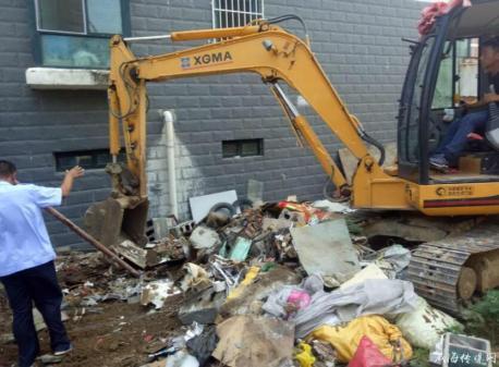 城管局全面开展卫生死角清理行动