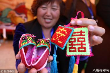山东威海:巾帼民俗旅游产品集中亮相 市民热情爆棚