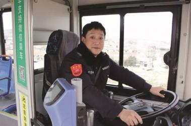 一摩托车突然着火,公交司机果断停车救人.....