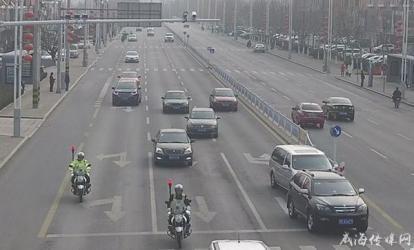 """警用摩托在车流中""""开出""""生命通道"""