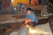 电焊人员加班加点作业