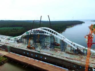 威海首座大型景观桥梁主桥钢拱肋合龙!