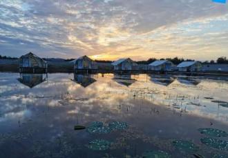 在威海,有一处民宿,建在湖面上……