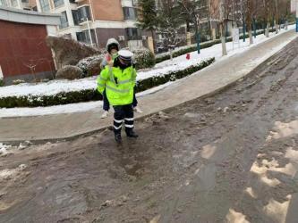 """风雪中的""""开学季"""",威海交警为孩子守护安全入学道路"""